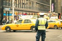 未认出的NYPD官员在纽约曼哈顿 免版税库存照片