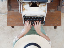 未认出的woman's递键入在减速火箭的打字机 免版税库存图片