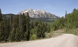 未铺砌的山路 免版税库存图片