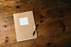 未贴标签的学报和一支笔在木桌上 库存照片