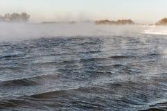 未冻结的河在冬天,在严寒 库存图片