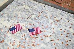 本・富兰克林的墓碑的二个标志 免版税库存照片