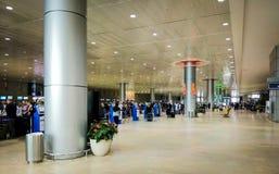 本古理安国际机场的离开大厅 登记区域 免版税图库摄影