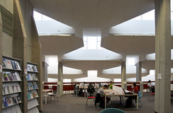 本古理安大学图书馆的内部 库存图片