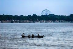 本地产的传统木划艇剪影在Ayeyarwady的 图库摄影