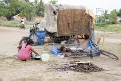 本地治里市国家,印度- 2014年6月15日 吉普赛阵营 库存照片