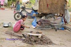 本地治里市国家,印度- 2014年6月15日 吉普赛阵营 免版税库存照片