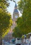 本大房子议会 在伦敦市竞争时间 办公室工作者吃午餐在公园在圣保罗大教堂旁边 免版税图库摄影
