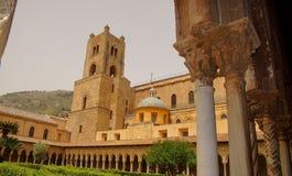 本尼迪克特的修道院的修道院在蒙雷阿莱大教堂里在西西里岛 专栏和资本的全视图和细节 图库摄影