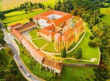 本尼迪克特的修道院鸟瞰图在Kladruby 免版税图库摄影