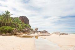 本托特,斯里兰卡-在巨大的花岗岩岩石前面的一条小河 免版税库存照片