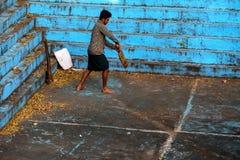 本托特,斯里兰卡-大约2016年12月:斯里兰卡的人打墙网球 免版税库存照片