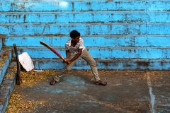 本托特,斯里兰卡-大约2016年12月:斯里兰卡的人打墙网球 库存照片