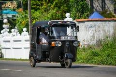 本托特,斯里兰卡- 2015年12月31日:Tuk-tuk在的moto出租汽车 库存图片