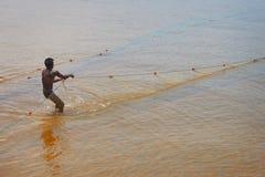 本托特,斯里兰卡- 5月01 :斯里兰卡的渔夫拉扯在M的网 免版税库存图片
