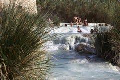 本机和游人在农神的著名温泉城游泳 库存图片