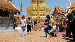 本机和游人在清迈,泰国来祈祷在土井素贴寺庙 影视素材