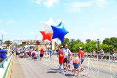 本机和访客出席美国独立日游行 免版税图库摄影