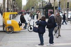 本机和tourisrs在大道des爱丽舍 免版税图库摄影