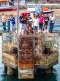 本机在雨,纳闽Bajo,口岸/旅游镇,弗洛勒斯,印度尼西亚中捉住了 库存照片