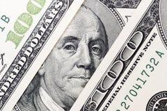 本杰明・富兰克林` s从一百美元票据注视 本杰明・富兰克林,背景的面孔一百美元钞票的, 免版税库存照片