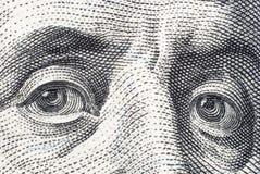本杰明・富兰克林` s在一百美元票据特写镜头注视 免版税图库摄影