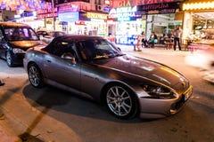本田在Cinarcik镇在晚上-土耳其街道的跑车  免版税图库摄影