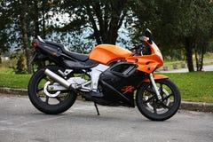 黑本田NSR超级Sprint 125的摩托车橙色和 免版税库存照片