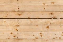 本色的粗砺的墙壁由松木制成 库存图片