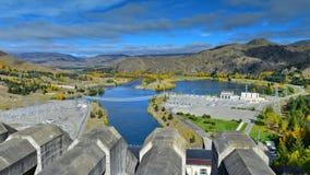 本莫尔湖看法从供给水力发电站动力的水坝的顶端,在坎特伯雷 免版税库存照片