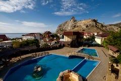 本营旅馆游泳池在Sudak,克里米亚 免版税库存照片