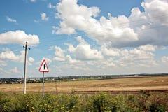 本质、领域、乌克兰的村庄和路风景视图  从车窗的看法,当驾驶时 免版税图库摄影