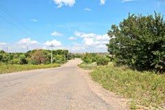 本质、领域、乌克兰的村庄和路风景视图  从车窗的看法,当驾驶时 库存照片