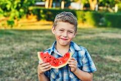 本质上吃新鲜的西瓜的男孩 图库摄影