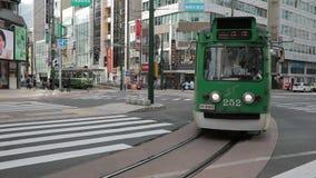 札幌北海道日本- october8,2018 :街道汽车,电车在札幌市北海道日本 股票视频