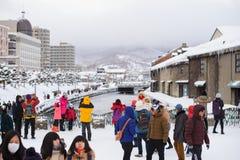 札幌,日本- 2017年1月15日:小樽冬时的市和游人降雪和盖子城市地标  库存图片