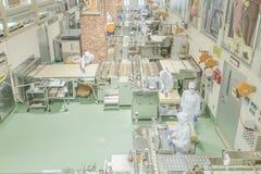札幌- 5月11 :工作在Ishiya巧克力工厂的工作者在2015年5月11日札幌,日本 库存照片