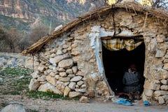 札格罗斯山的游牧人农村岩石房子在伊朗 免版税库存图片