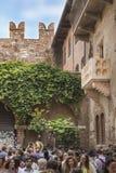朱丽叶` s房子、阳台和她幸运的魅力雕象 免版税库存照片