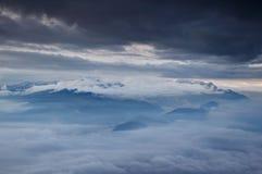 朱利安阿尔卑斯山在低级云彩和秋天雾海覆盖了 库存图片