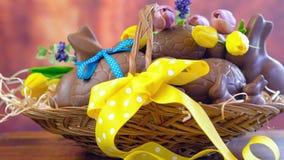 朱古力蛋和小兔愉快的复活节篮在大篮子 免版税库存照片