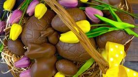 朱古力蛋和小兔愉快的复活节篮在大篮子 免版税图库摄影