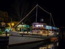`朱塞佩・扎纳尔代利`是在加尔达湖水的一个被转动的马达船前汽轮航行,在1903年修造 免版税库存图片