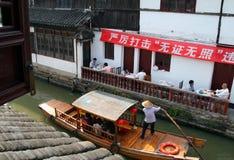 朱家角,中国-在古老水镇运河的游船-在上海附近的汉语威尼斯 库存照片
