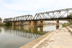 朱拉隆功在Ratchaburi,泰国的路轨桥梁 图库摄影