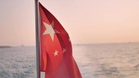 朱红色的旗子在风振翼 股票录像