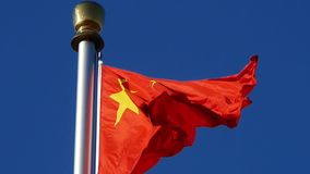 朱红色的旗子在风&蓝天振翼 影视素材