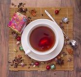 朱红色的茶用用野玫瑰果莓果 免版税库存照片