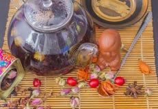 朱红色的茶用用野玫瑰果莓果 库存图片