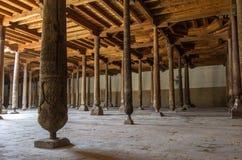 朱马清真寺的内部在Khiva,乌兹别克斯坦 免版税库存照片
